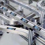 Kaffeepadstransport VF Anlage mit Edelstahl Seitenführungen bei Firma Paal (Bosch PA) in Remshalden. Die auf der Anlage sichtbaren Latte Machiatto Packungen wurden nachträglich digital eingesetzt.